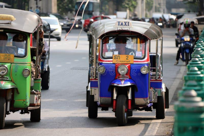 Tuk Tuk is een three-wheeled gemotoriseerd die voertuig als taxi wordt gebruikt wacht en vindt voor passagiers op de weg royalty-vrije stock afbeelding