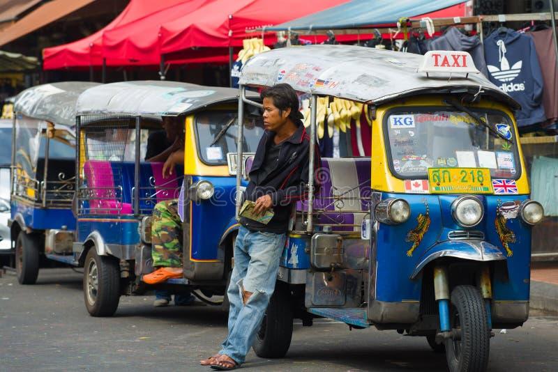 Tuk-tuk kierowca czeka pasażerów bangkok Thailand obraz stock