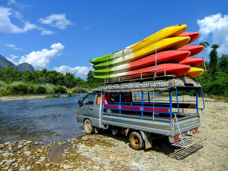 Tuk -tuk met kajaks in Nam Song River dichtbij Vang Vieng, Vi wordt geladen die royalty-vrije stock foto