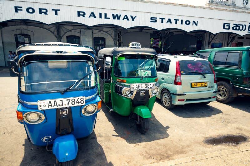 Tuk tuk出租汽车在科伦坡堡垒火车站前面停放了 库存图片