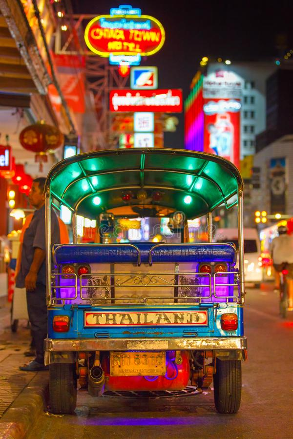 Tuk tuk出租汽车在街市在Yaowarat路的唐人街,中国镇大街附近停放了 库存照片