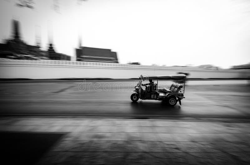 Tuk -tuk in motieonduidelijk beeld, Bangkok, Thailand royalty-vrije stock fotografie