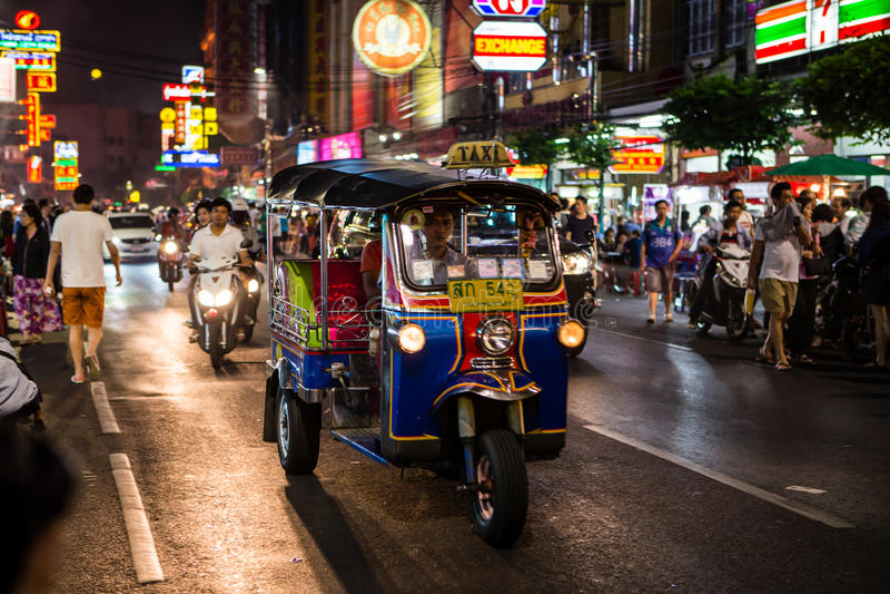 Tuk - tuk na rua do bairro chinês na noite imagens de stock royalty free