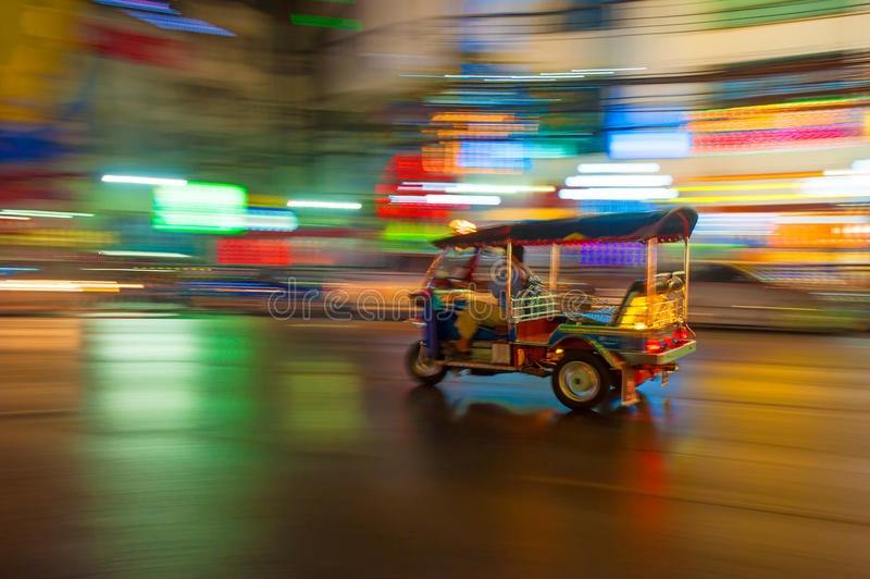 Tuk-tuk nella sfuocatura di movimento, Bangkok, Tailandia immagine stock