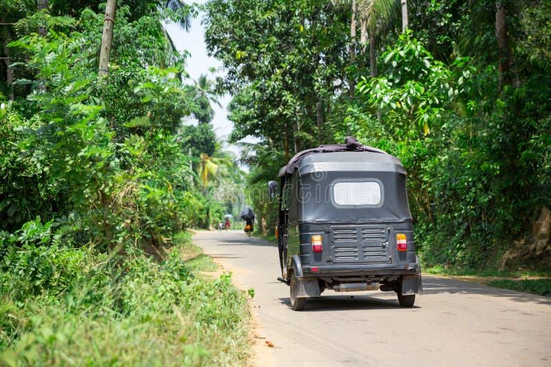 Tuk tuk op weg van Sri Lanka, achtermening stock fotografie