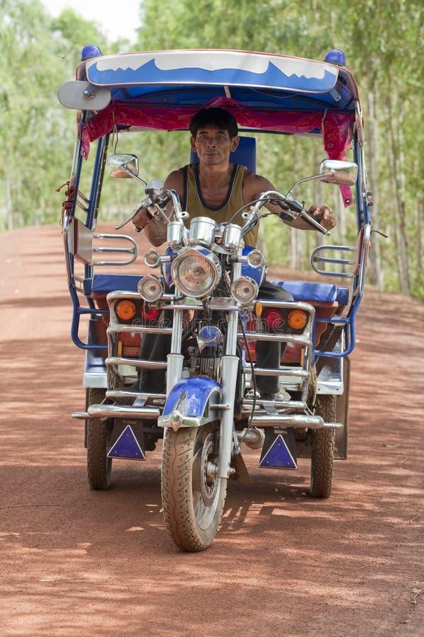 Tuk Tuk in Thailand mit Treiber lizenzfreie stockfotografie