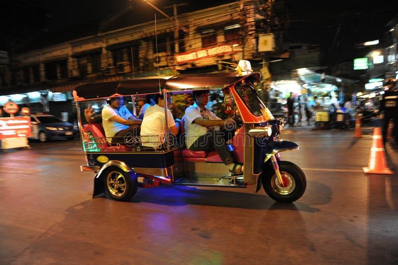 Tuk-Tuk transportiert Fluggäste entlang einer Straße stockfotografie