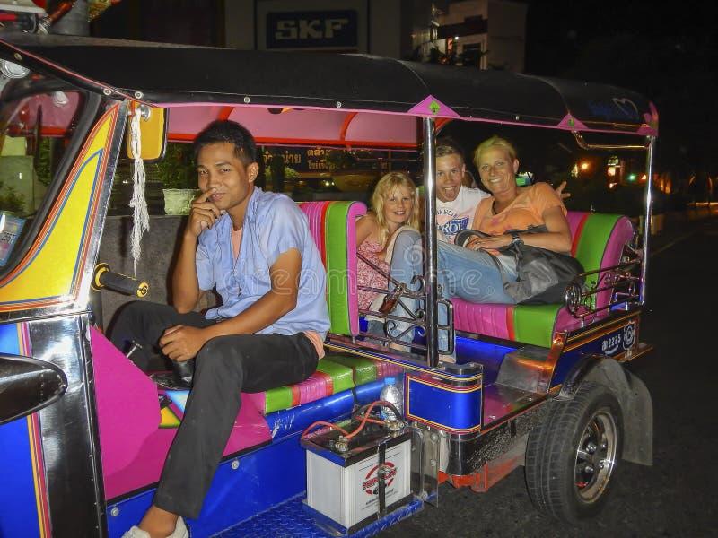 Tuk tukchaufför i Bangkok, Thailand arkivfoton