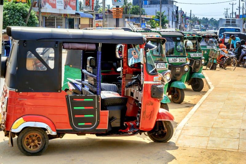 Tuk-tuks do estacionamento um táxi de três rodas pequeno na rua Kalpiti fotos de stock