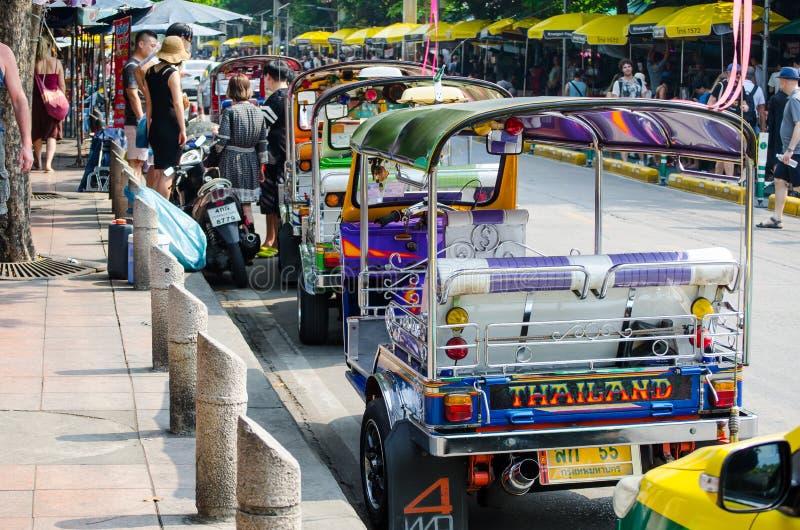 Tuk-tuks eller tre-rullade motorcykeln för den `-sam loren den ` är den favorit- vägen av att få runt om Bangkok, bilden på den J royaltyfri foto