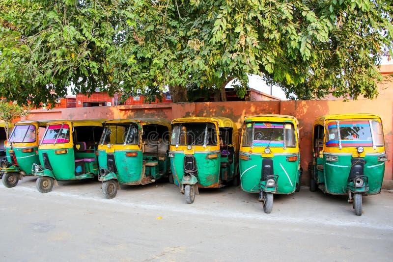 Tuk-tuks estacionou na vizinhança de Taj Ganj de Agra, Uttar Pradesh, fotografia de stock royalty free