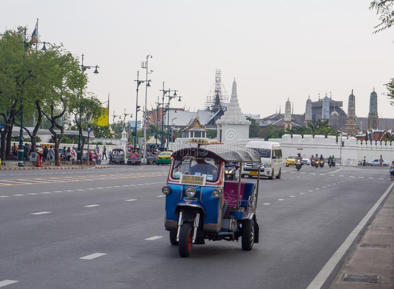 """Tuk-tuks ou moto à trois roues """"de lor de Sam """"fonctionne sur la rue de Bangkok image stock"""