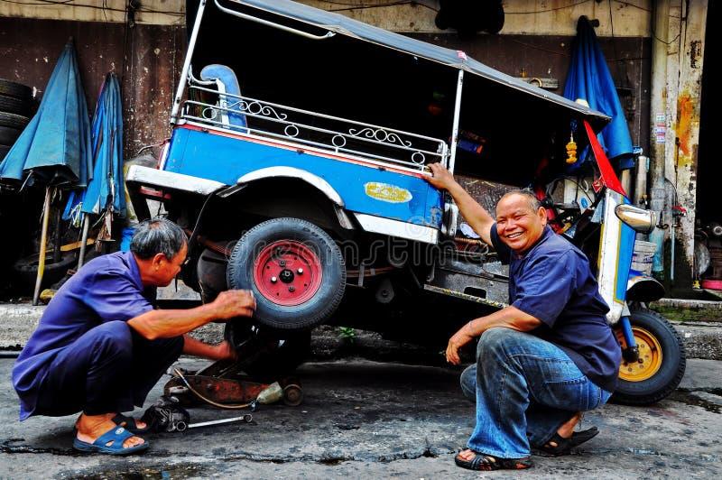 Tuk tuk werktuigkundigen in Bangkok