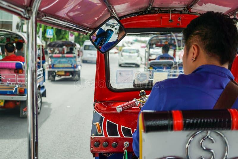 Tuktuk двигая вдоль улицы в Бангкоке, Таиланде Тайское такси tuk tuk на дороге стоковая фотография
