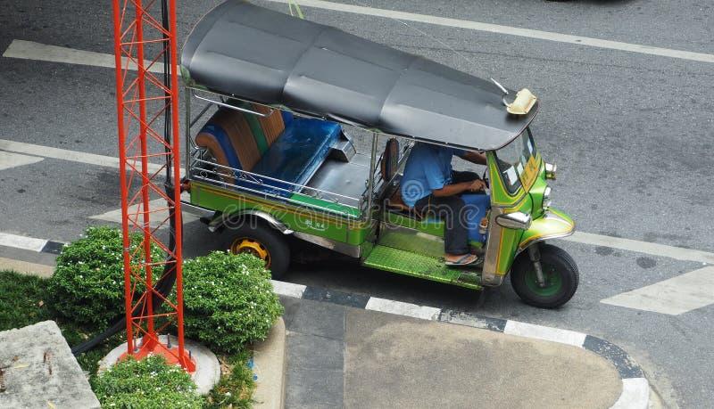 Tuktuk kierowca zatrzymuje jego pojazd zdjęcie royalty free