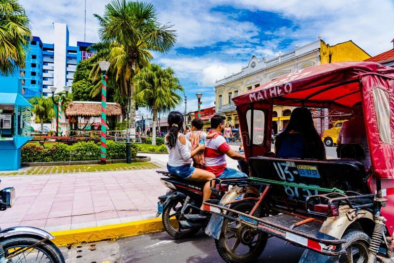 Tuktuk trójkołowa taxi ` s i motocykl na głównym placu Iquitos, 2018 fotografia royalty free