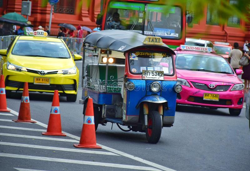 Tuku społeczeństwa i tuku autobusy na ulicie przy Bangkok, Thailand obrazy stock
