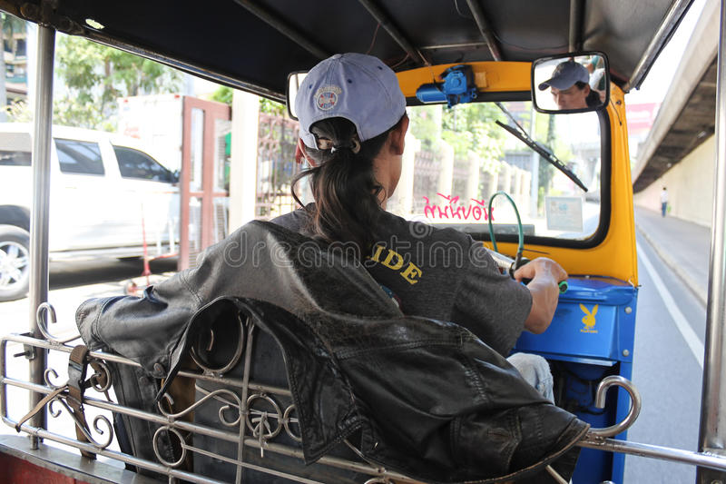 Tuku Tuk kierowca jedzie tuku tuk na ulicie Bangkok, widok fr obraz royalty free