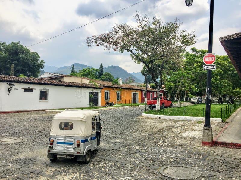 Tuku tuk na brukowiec ulicach Antigua, Gwatemala fotografia royalty free