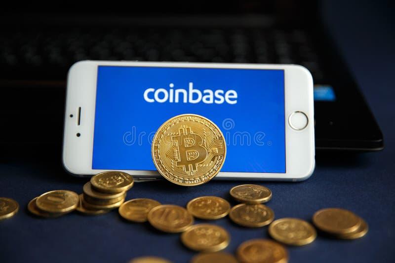 Tula, Rússia - 28 de agosto de 2018 Bitcoin BTC na pilha de cryptocurrencies com logotipo de Coinbase no fundo E fotos de stock royalty free