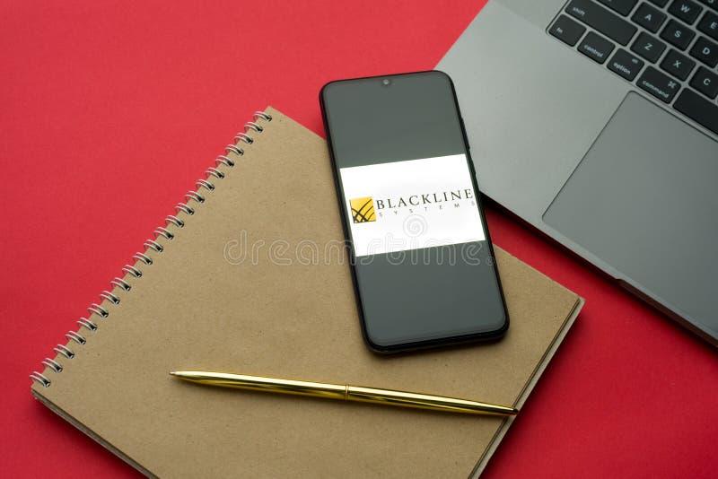 Tula, Rússia - 06 de dezembro de 2019: Logotipo da BlackLine Inc visível no smartphone de exibição no teclado do teclado Plano de imagem de stock royalty free