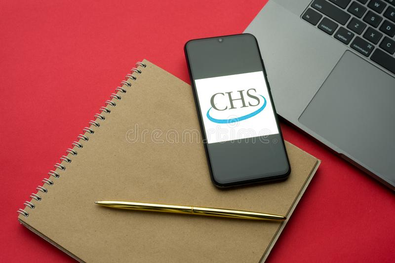 Tula, Rússia - 06 de dezembro de 2019: Logotipo da CHS Inc visível no smartphone da tela no teclado do teclado do teclado Plano d foto de stock royalty free