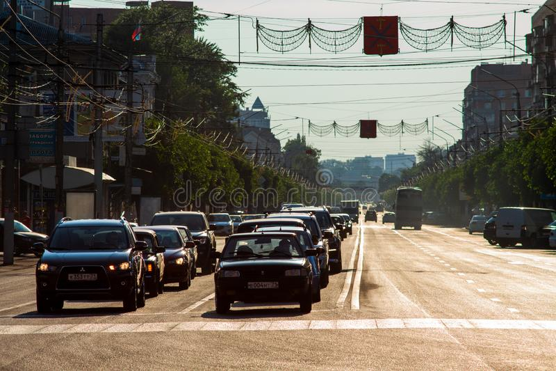 TULA, RÚSSIA - 25 DE MAIO DE 2014: Os carros enfileiram parado em estradas transversaas na perspectiva reta longa da cidade no di fotografia de stock royalty free