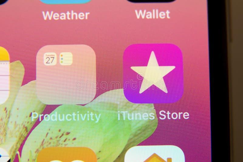 Tula, Rússia - 28 de novembro de 2018 o logotipo da aplicação da loja de iTunes é indicado na tela de um iPhone imagens de stock