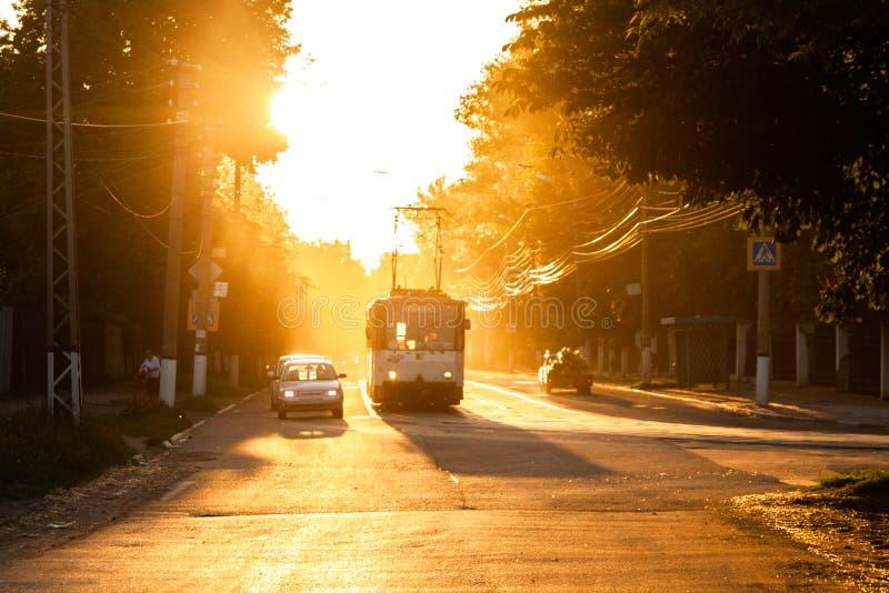 TULA ROSJA, CZERWIEC, - 6, 2013: Samochód i tramwaj na światła ruchu zatrzymujemy pod złotym słońca backlight Lotniczy jarzyć się obrazy royalty free