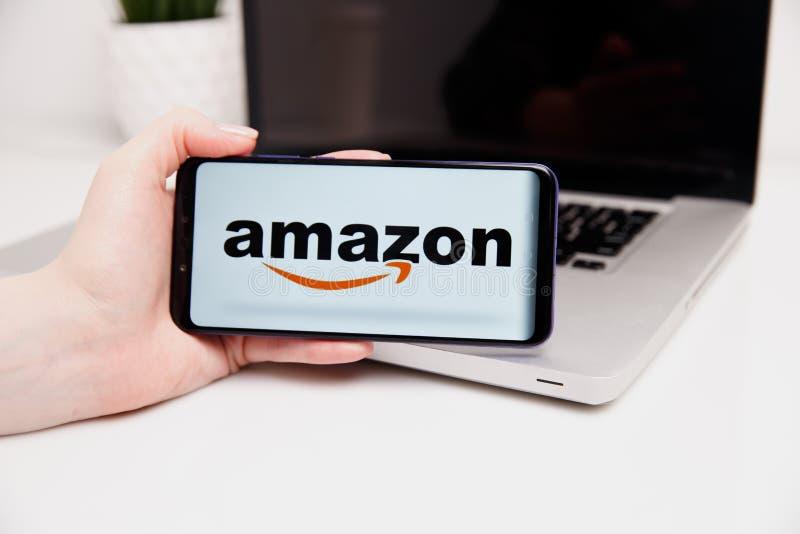 Tula Rosja, Luty, - 18, 2019: Telefon pokazuje amazonka logo, robi zakupy online amazon 2010 Amazon jako zasadzonej com handlu fi zdjęcia stock