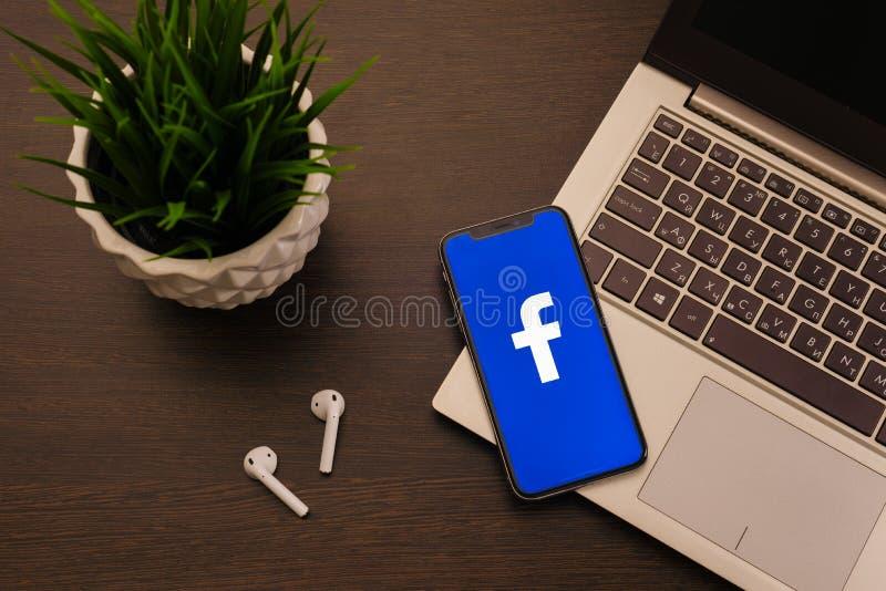 Tula Rosja, Maj, - 24,2019: Jab?czany iPhone X z Facrbook logo na ekranie obraz stock