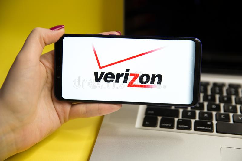 Tula, Rusia - 29 DE ENERO DE 2019: Logotipo de Verizon exhibido encendido imagen de archivo libre de regalías