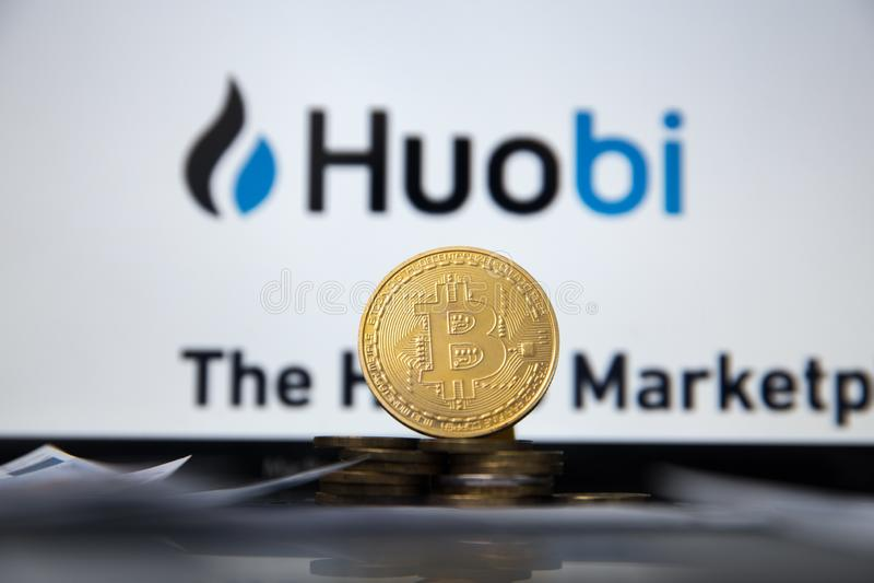 Tula, Rusland - JANUARI 27, 2019: bitcoins, dollars en Huobi-embleem op het schermsmartphone Huobi - één van het grootst stock afbeeldingen