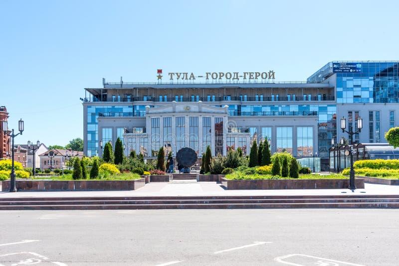TULA, RUSSIA - 19 MAGGIO 2019: Vista del palazzo di nozze e del monumento a Tula Gingerbread, una scultura bronzea del simbolo di fotografia stock libera da diritti