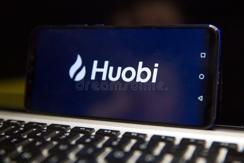Tula, Russie - 29 JANVIER 2019 : Appli mobile global de Huobi fonctionnant sur le smartphone photo libre de droits