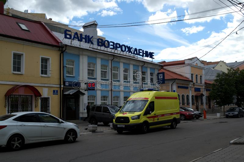 TULA RYSSLAND - JUNI 09, 2018: ambulans på bankbyggnaden royaltyfri fotografi
