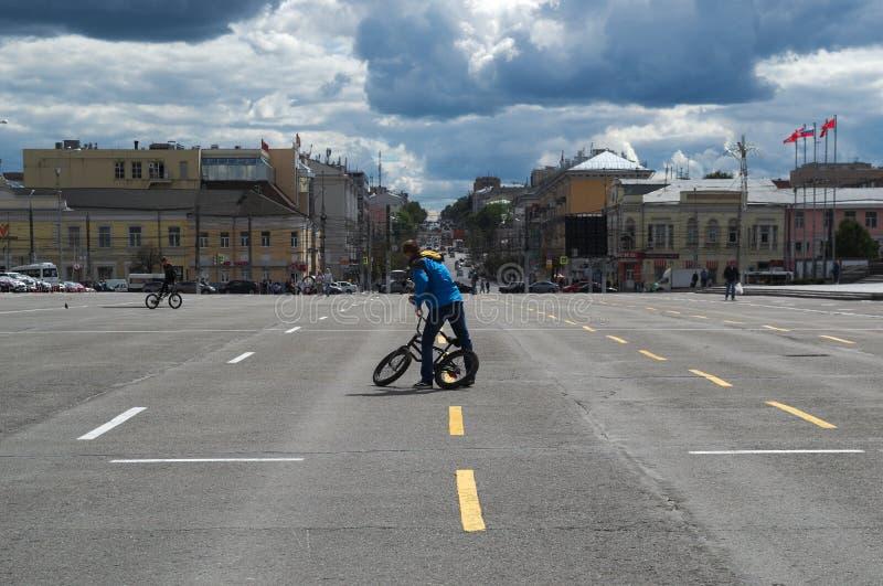 TULA RYSSLAND - JUNI 09, 2018: cyklist i den centrala fyrkanten royaltyfri foto