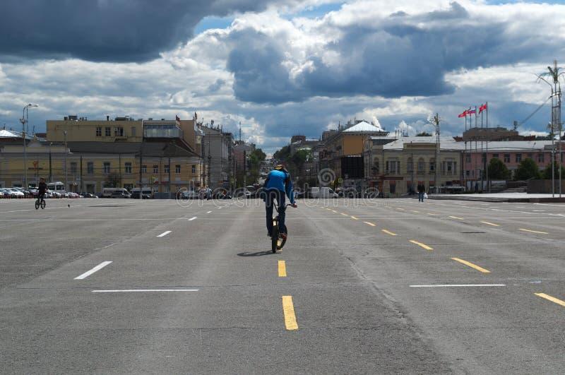 TULA RYSSLAND - JUNI 09, 2018: cyklist i den centrala fyrkanten arkivbilder