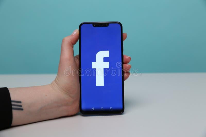 Tula Ryssland - Maj 12, 2019: Facebook på telefonskärm royaltyfri fotografi