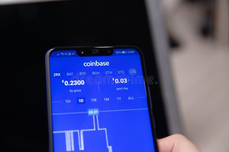 Tula Ryssland - November 28, 2018: Coinbase - köp Bitcoin och mer, mobil app för säker plånbok på skärmen royaltyfri bild