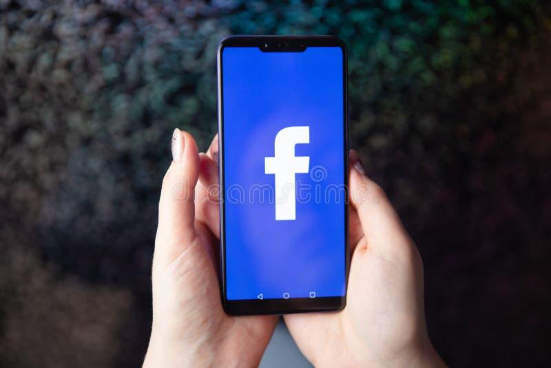 Tula Ryssland - November 28, 2018: Logo för Facebook social massmediaapp på inloggningen, tecken-uppregistreringssida på den mobi royaltyfri bild