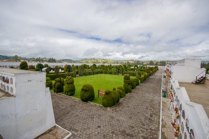 TULCAN,厄瓜多尔- 2016年7月3日:位于公墓的修剪的花园庭院概要 免版税库存照片