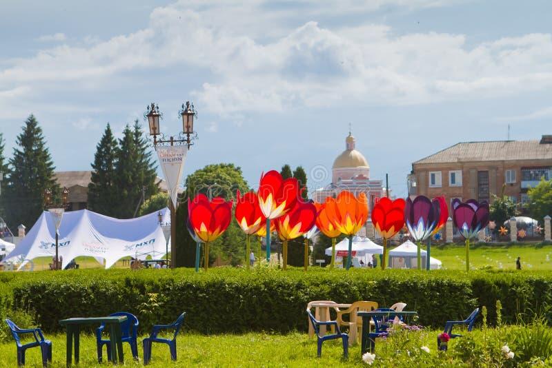 Tulchyn Opera Fest сайт с яркими и стильными цветами тюльпанов декорирован на площади польского дворца граф Потоцкий, фестиваль стоковые изображения