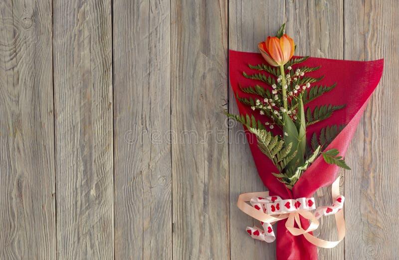 Tulipán festivo en la tabla de madera fotografía de archivo