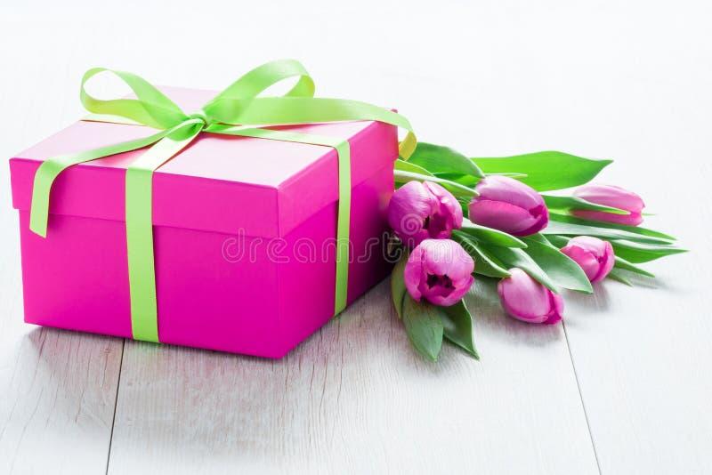 Tulip Flowers et Giftbox sur la table rustique pour le 8 mars, Internati image stock