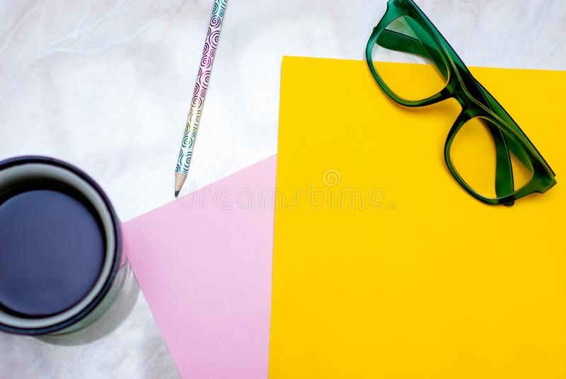 Tulipa amarela, caf?, vidros verdes e papel colorido no fundo de m?rmore imagem de stock royalty free