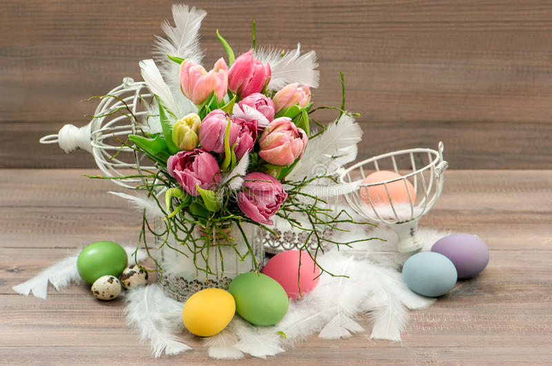 A tulipa da mola floresce a decoração do vintage dos ovos da páscoa foto de stock