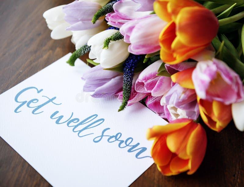 Tulipanów kwiatów bukiet z Dostaje Well Wkrótce Życzący kartę obraz stock