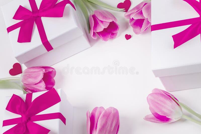 Tulipanów prezentów karta i serca obrazy royalty free