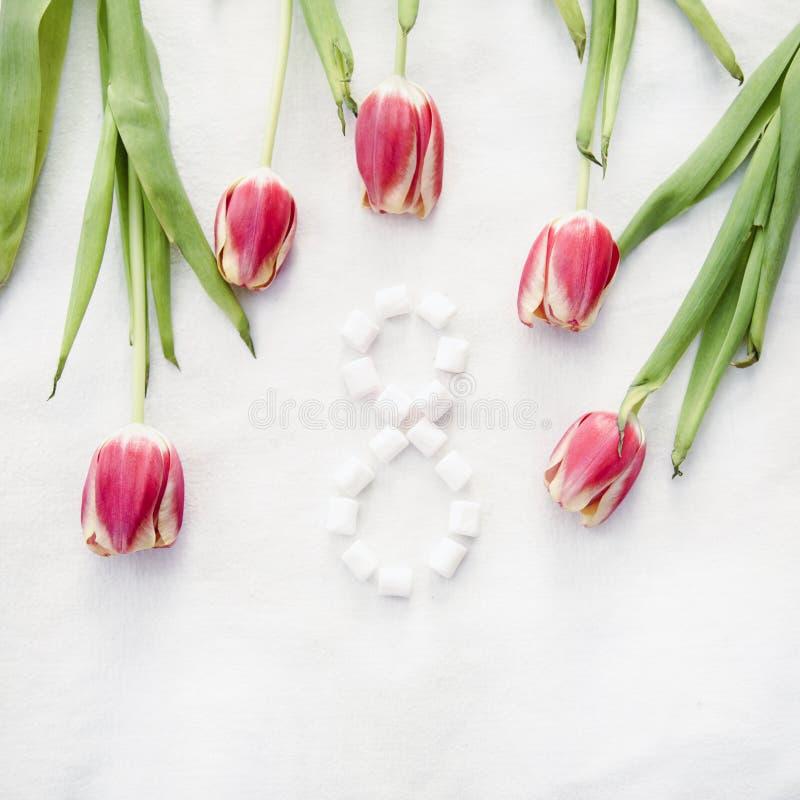 Tulipanes amarillo rosado del día de fiesta y verde rojos foto de archivo libre de regalías